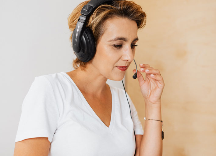 Frau am Telefon im Call Center