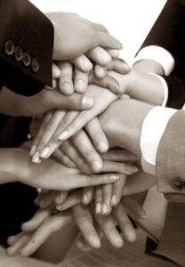 Hände übereinander für Vertrauen im Team